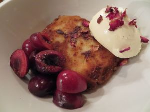 Cakenip with fresh cherries and creme fraiche
